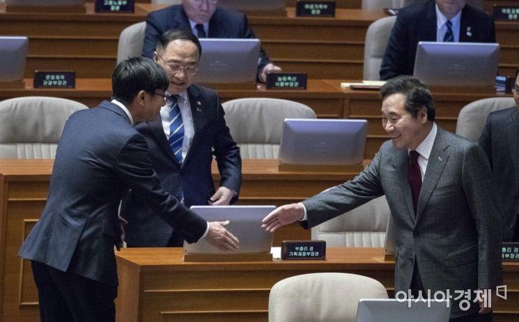 [포토] 김상조 위원장과 인사 나누는 이낙연 총리