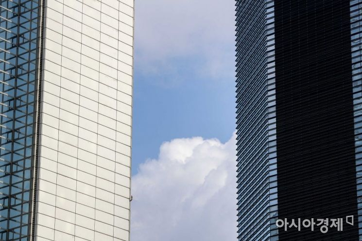 [포토] 빌딩숲 사이로 드러난 파란하늘