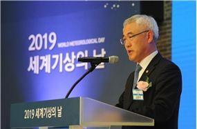 김종석 기상청장이 21일 공군회관에서 기념사를 하고 있다.
