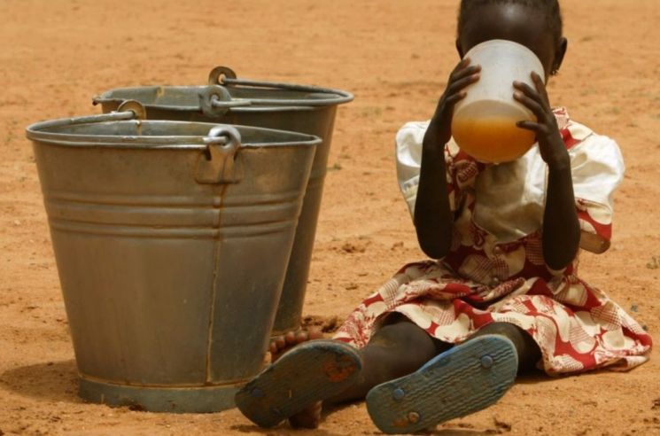 오염된 물을 마실 수밖에 없는 아프리카의 어린이. [사진=유튜브 화면캡처]