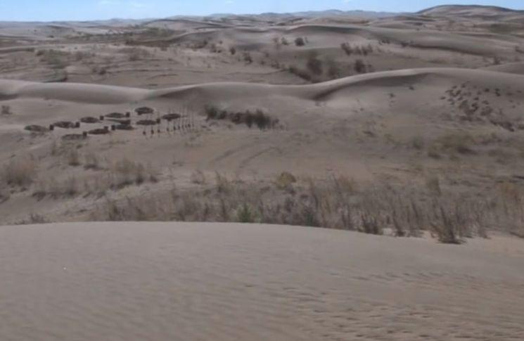 녹지가 점점 사막화 돼 가는 중국 북부지역의 모습. [사진=유튜브 화면캡처]