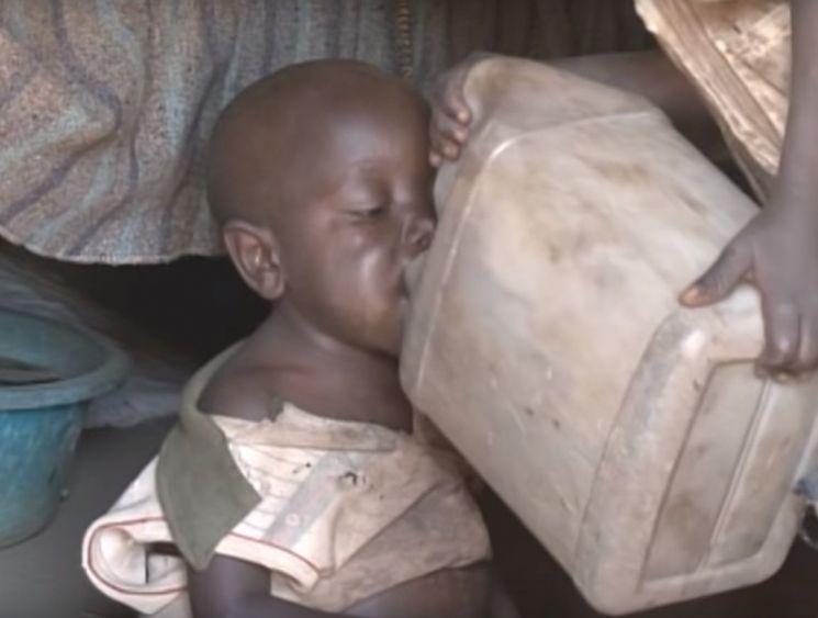 오염된 물을 마시고 있는 아프리카 어린이의 모습. [사진=유튜브 화면캡처]