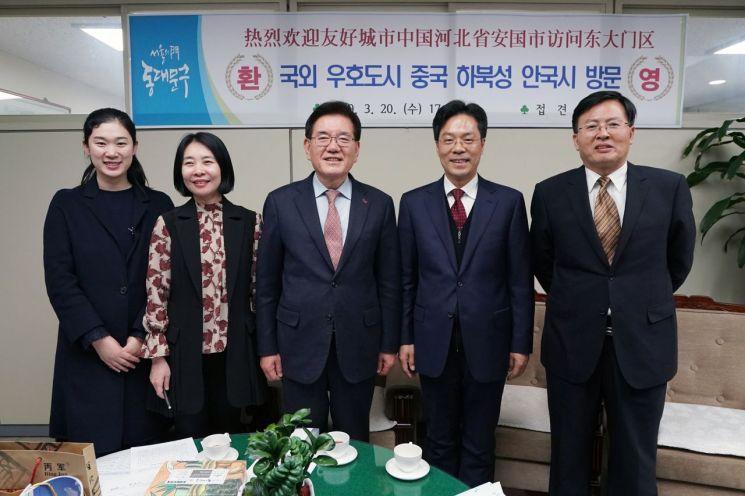 유덕열 동대문구청장(가운데)이 왕잔샹 상무부시장(오른쪽 두 번째)을 비롯한 중국 하북성 안국시 관계자들과 기념촬영