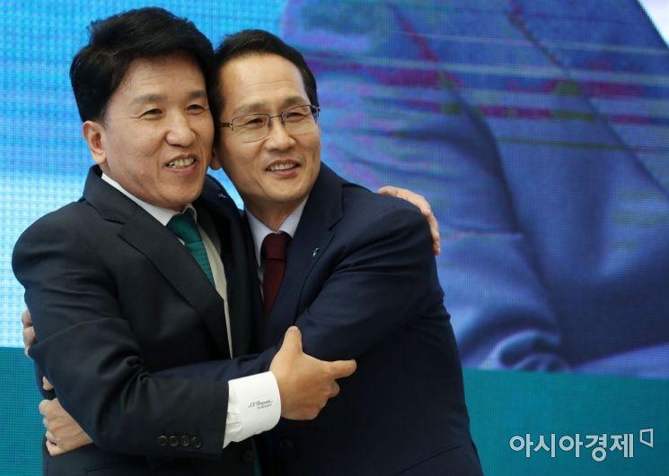 [포토]함영주 전 행장 배웅하는 지성규