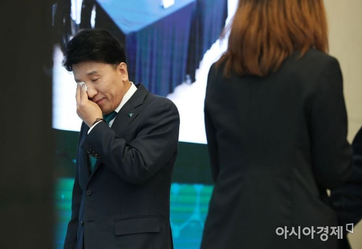 [포토]함영주 전 행장, 이임사 마치고 눈물