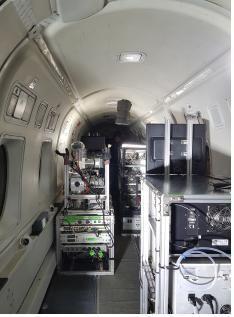 각종 관측장비가 탑재된 항공기 내부.