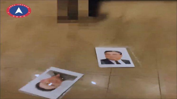 2017년 피살된 김정남의 아들 김한솔과 가족을 안전한 곳으로 이동시켰다고 주장하는 단체 '자유조선'(옛 천리마민방위)이 북한 영내에서 벌어진 일이라면서 김일성·김정일의 초상화를 훼손하는 34초 분량의 영상을 20일 게시했다. 영상에는 모자이크 처리된 한 남성이 사무실로 보이는 곳의 벽에 걸린 김일성·김정일 초상화를 떼어 바닥에 내던지는 장면이 등장한다. 초상화를 감싼 유리가 소리를 내며 깨지면서 파편이 사방에 튀고, 액자는 산산조각이 났다.