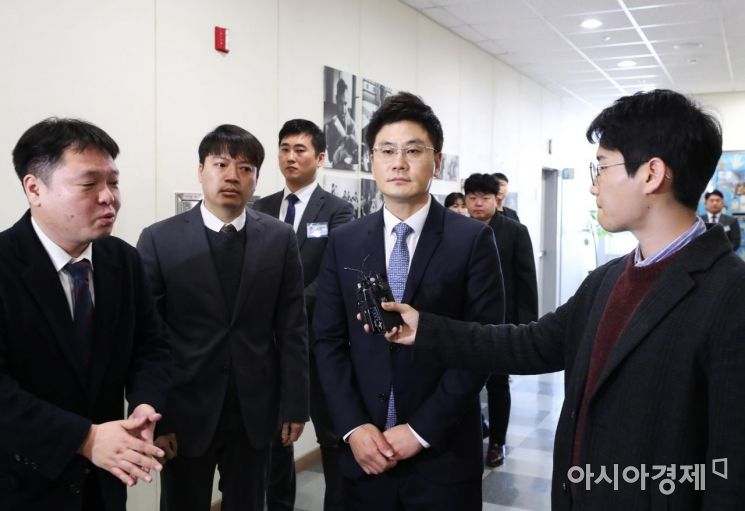 [포토]기자 질문 듣는 양민석 YG엔터테인먼트 대표