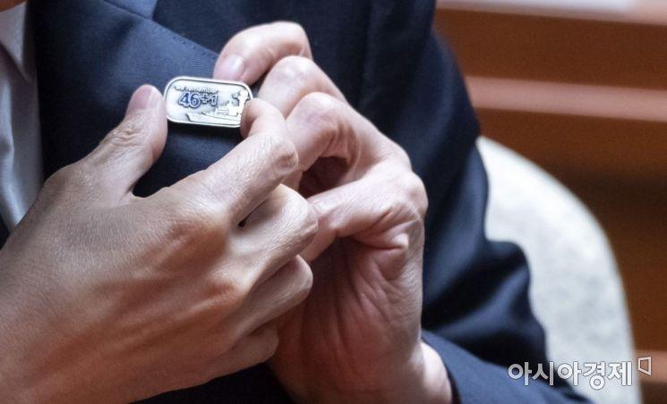 [포토] 천안함 뱃지 다는 자유한국당