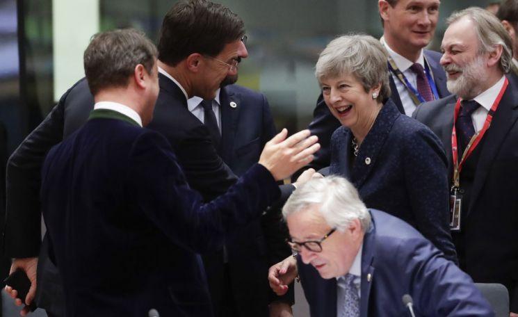 21일(현지시간) 브뤼셀에서 열린 유럽연합(EU) 정상회의에 참석한 테리사 메이 영국 총리(오른쪽 두번째)가 장 클로드 융커 EU집행위원장(앞줄 가운데) 뒤에 서서 마르크 뤼테 네덜란드 총리, 샤를 미셸 벨기에 총리 등과 웃으며 대화하고 있다. [이미지출처=EPA연합뉴스]