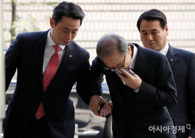[포토] 이명박, 법원 향하며 휘청