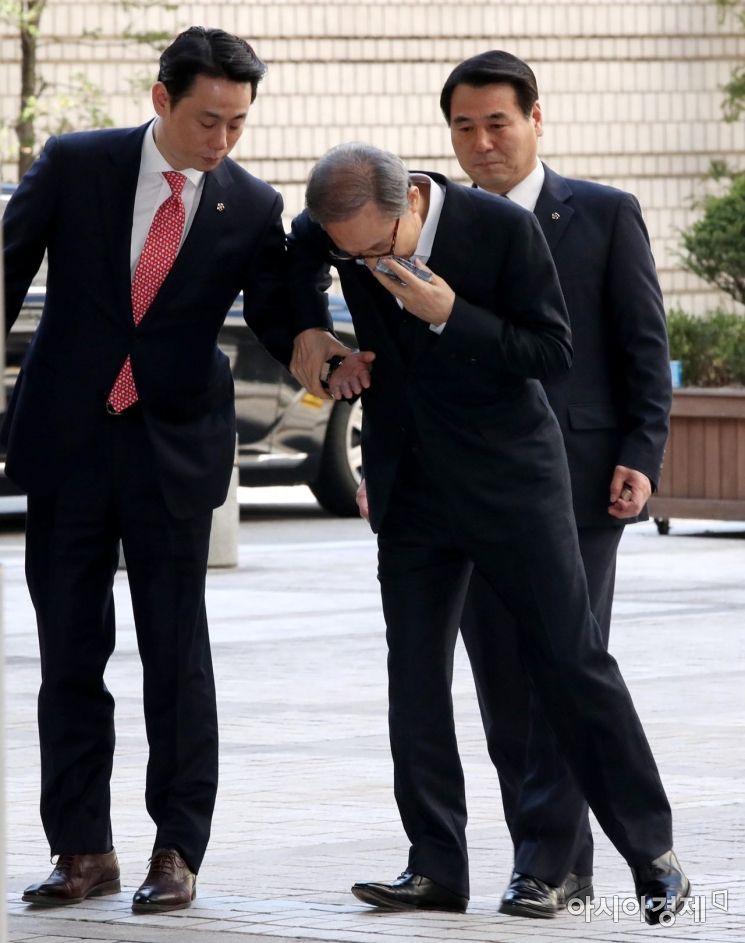 [포토] 휘청이는 이명박 전 대통령