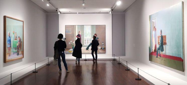 21일 오후 서울시립미술관 서소문 본관에서 열린 '데이비드 호크니' 전시를 찾은 관람객들이 작품을 살펴보고 있다. / 사진=연합뉴스