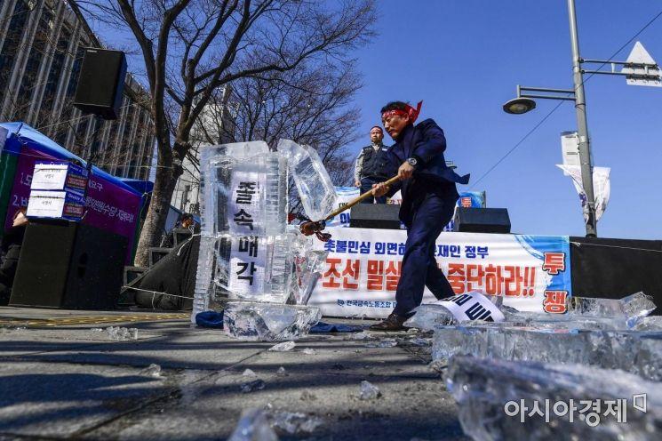 [포토] 대우조선해양 매각 반대 요구하는 노동자