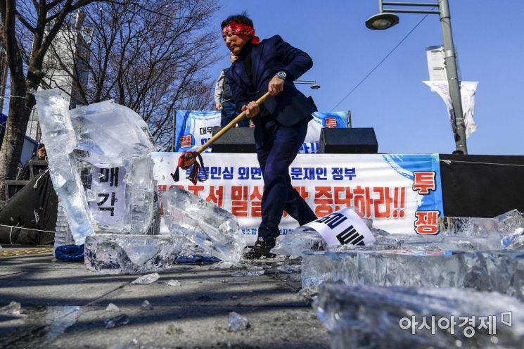 [포토] 대우조선해양 매각 반대 촉구 퍼포먼스