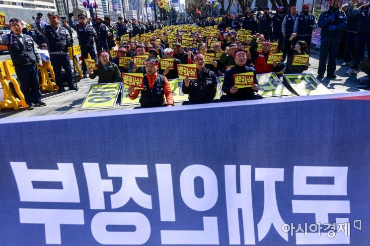 [포토]문재인 정부에 대우조선해양 동종사 매각 반대 요구하는 노동자들