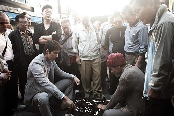 내기 바둑 세계의 냉혹함을 그린 영화 '신의 한 수'의 한 장면.