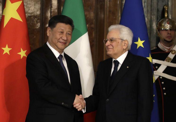 이탈리아를 공식 방문한 시진핑 중국 국가주석(왼쪽)이 22일(현지시간) 로마의 대통령궁 퀴리날레에서 세르지오 마타렐라 이탈리아 대통령과 악수를 나누고 있다. [이미지출처=연합뉴스]