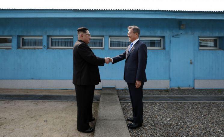 문재인 대통령과 김정은 북한 위원장이 지난해 4월 27일 판문점 군사분계선을 사이에 두고 악수하는 모습. <사진=공동취재단>