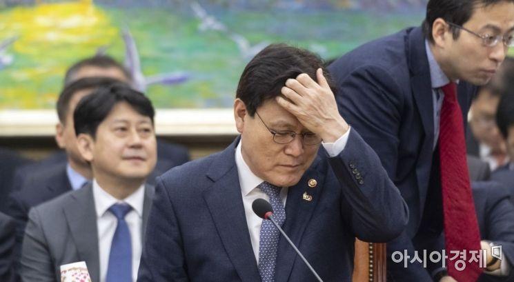 최종구 금융위원장이 27일 국회 정무위 전체회의에 출석, 머리를 넘기고 있다. 있다./윤동주 기자 doso7@