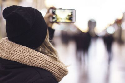 스마트폰으로 사진을 찍는 사용자. 출처=픽스니오