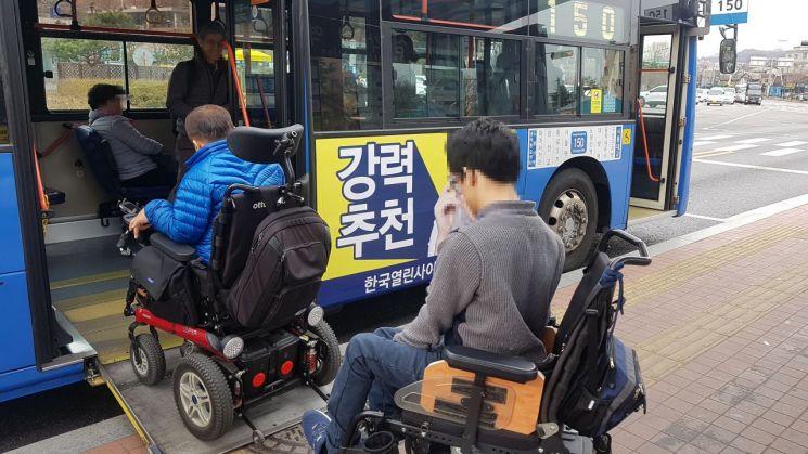 """""""전화로 예약하세요"""" 서울시, 저상버스 예약 시스템 도입"""