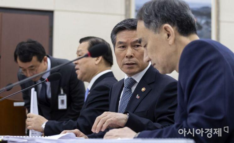 [포토] 이야기 나누는 정경두 장관-왕정홍 청장