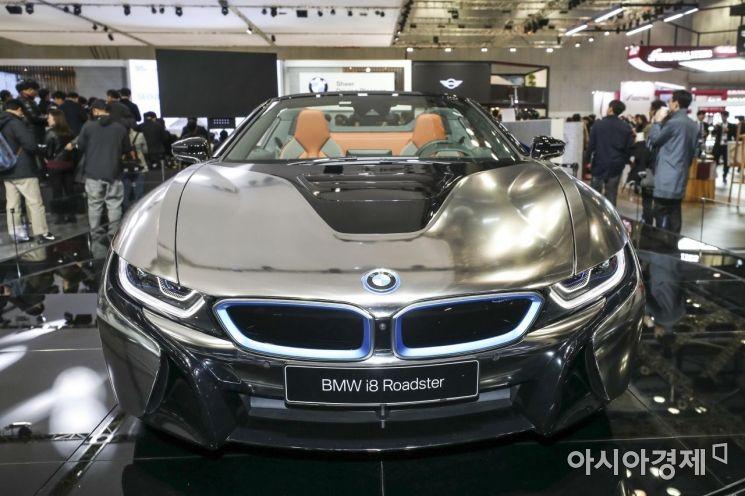 28일 경기 고양 킨텍스에서 열린 '2019 서울모터쇼 프레스데이'에서 BMW i8 로드스터가 공개되고 있다./고양=강진형 기자aymsdream@