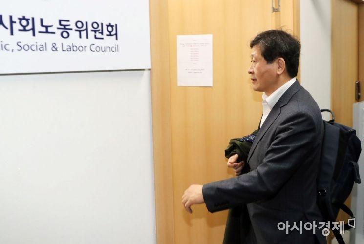 [포토] 전체회의 참석하는 박수근 위원장