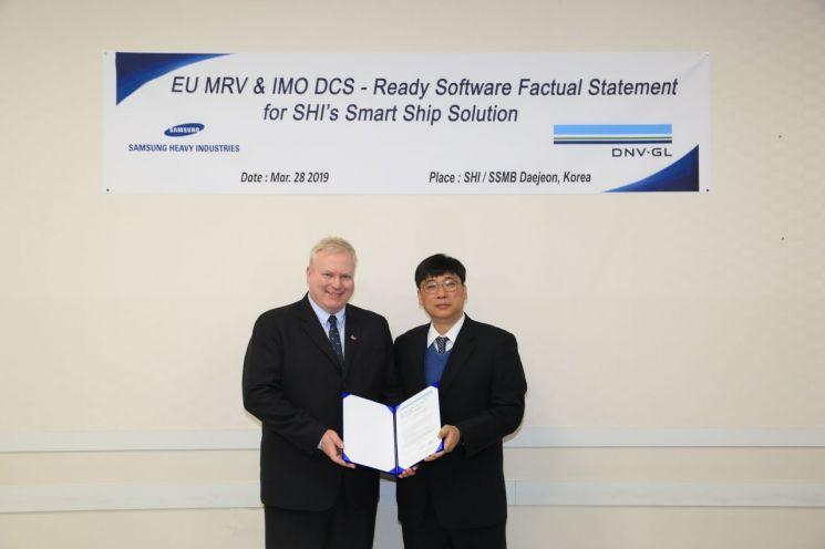 김현조 삼성중공업 선박해양연구센터장(사진 오른쪽)과   Vidar Dolonen DNV-GL선급 한국-일본 총괄 책임자(왼쪽)가 인증식 후 기념 촬영을 하고 있다.