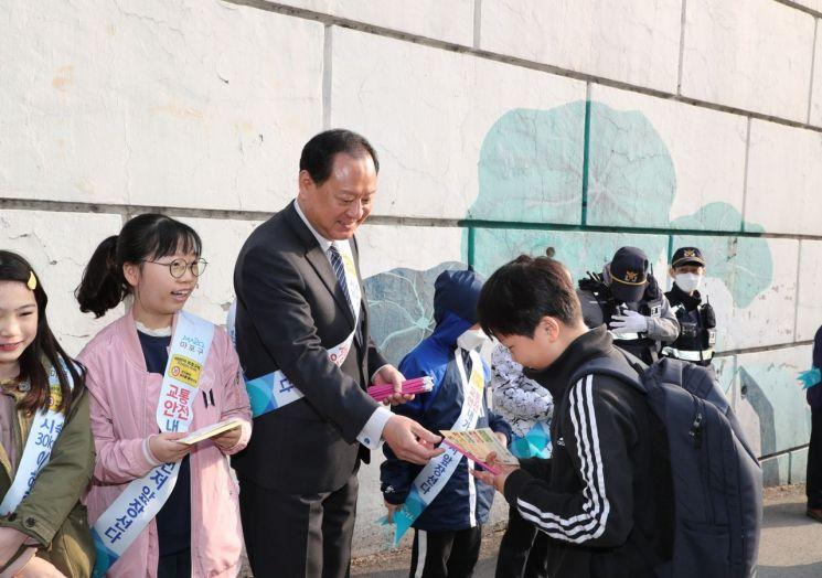 [포토]유동균 마포구청장, 서강초등학교서 교통안전 캠페인 참여