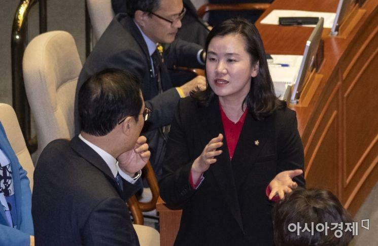 [포토] 이야기 나누는 홍영표 원내대표-신보라 의원