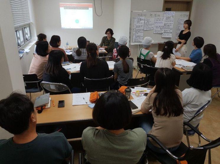 지난해 광주복지재단이 사회복지기관 대상 미션·비전 컨설팅을 진행하고 있는 모습. 사진=광주복지재단