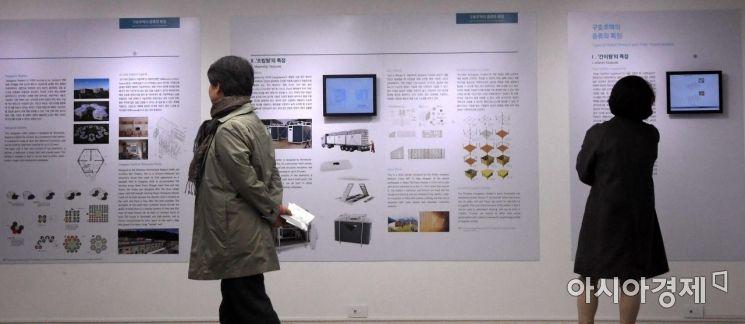 [포토] 전시물 관람하는 시민들