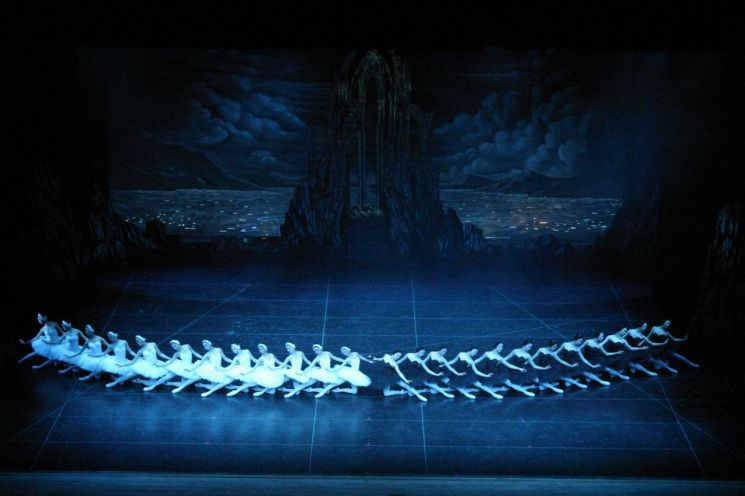 백조의 호수 2막 2장 백조 흑조 군무 ⓒ 유니버설발레단 (사진=김경진)