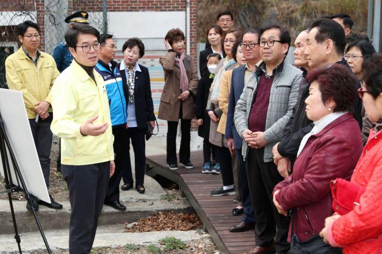 정원오 성동구청장은 28일 금옥초등학교 학생들의 통학로를 주민들과 함께 점검했다.