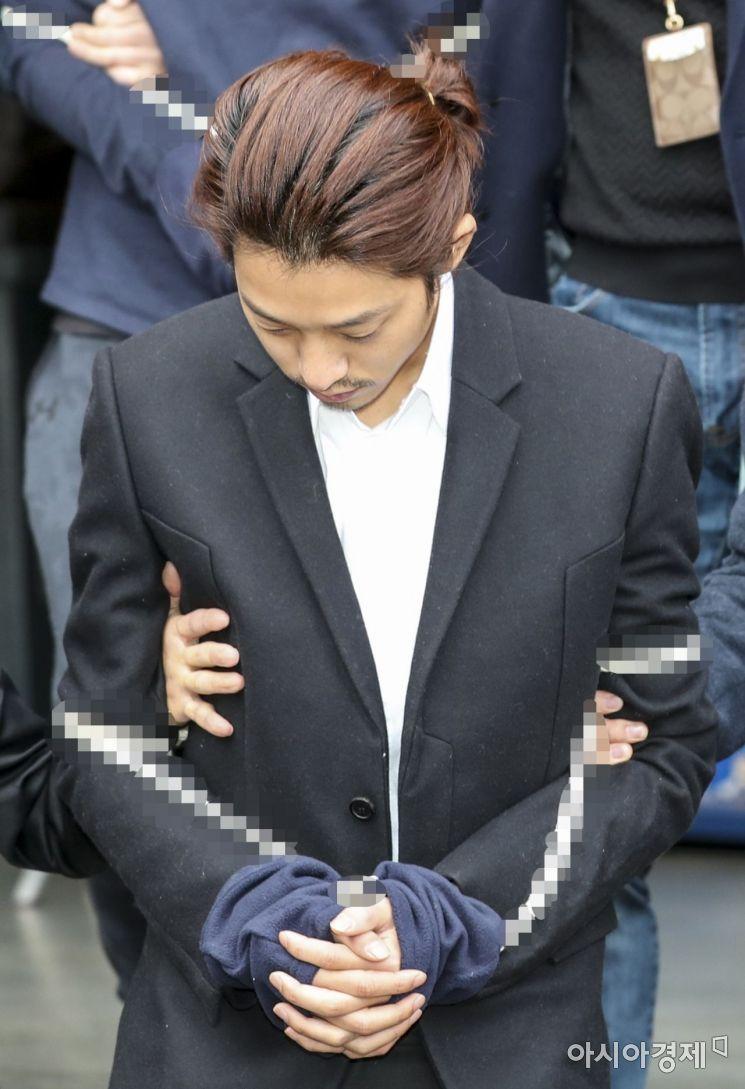 불법으로 동영상을 촬영하고 유포한 혐의로 구속된 가수 정준영이 29일 서울 종로경찰서에서 검찰에 송치되기 위해 호송차로 이동하고 있다./강진형 기자aymsdream@