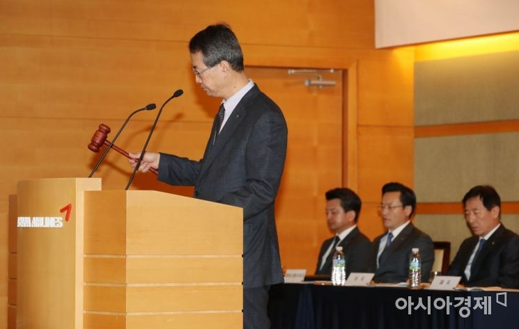 [포토]의사봉 두드리는 김수천 대표이사