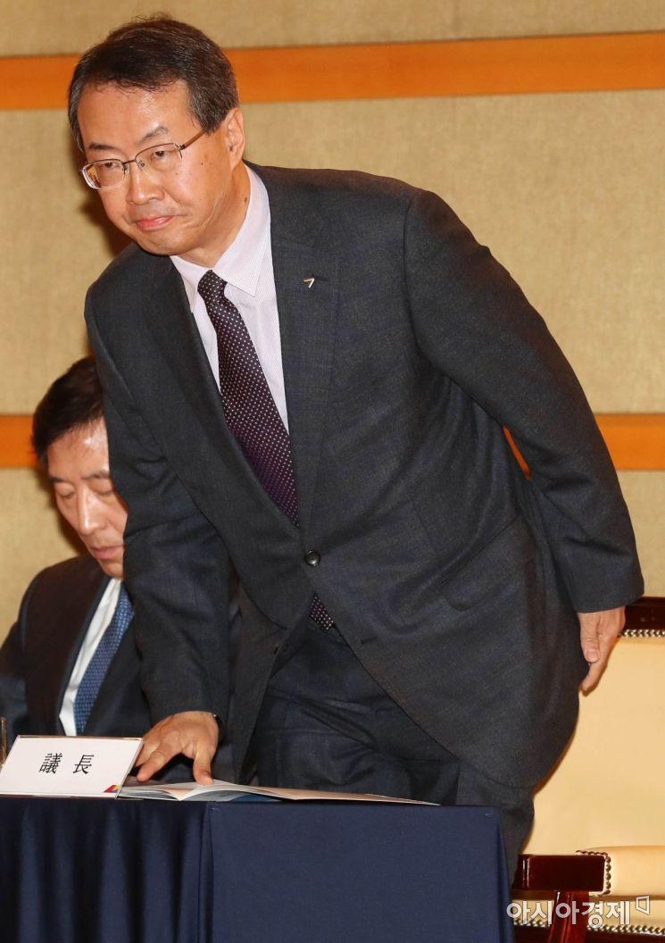 [포토]자리에서 일어나는 김수천 아시아나항공 대표이사