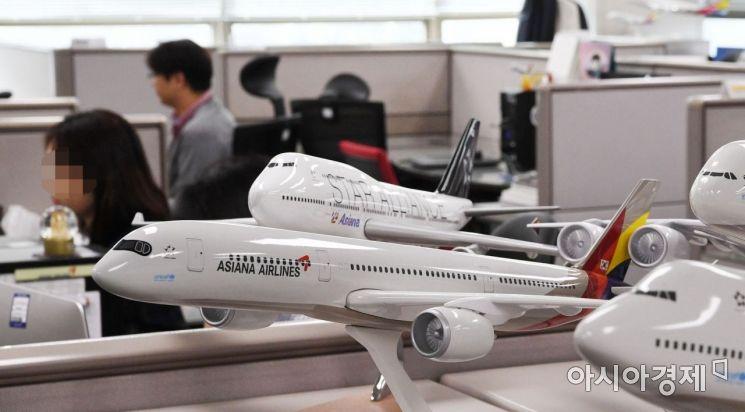 [포토]분주한 아시아나항공 직원들