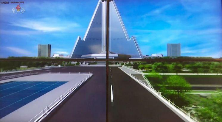 북한 조선중앙TV는 지난 10일 '백두산건축연구원'을 소개하는 프로그램을 방영하면서 류경호텔과 주변을 3D(3차원)로 조감하는 영상을 내보냈다. 영상은 현재의 이 지역보다 훨씬 화려하고 미래지향적인 모습을 담았다.