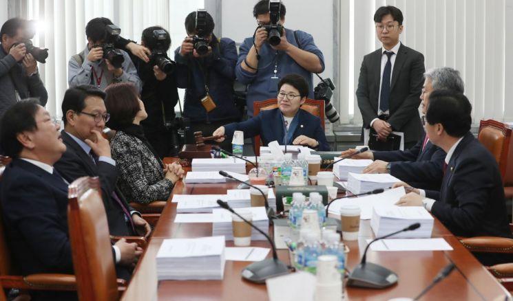 지난 18일 국회에서 열린 환경노동위원회 고용노동소위 회의에서 임이자 소위원장이 회의를 주재하고 있다. [이미지출처=연합뉴스]