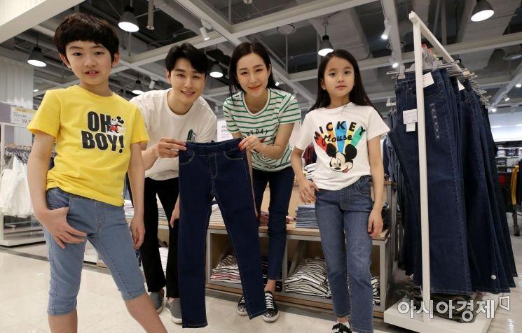 1일 서울 이마트 용산점에서 모델들이 '에센셜 데님 팬츠' 할인 행사를 홍보하고  소개하고 있다. 이마트는 연중 최대 규모의 의류 할인 행사 '데이즈 패밀리위크'를 맞아 9900원짜리 국민청바지를 선보였다./김현민 기자 kimhyun81@