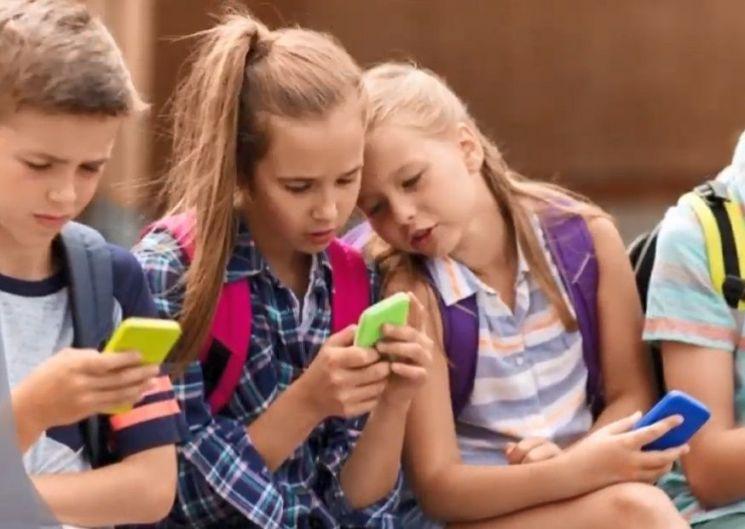12세 미만 아이들의 경우 발달지체를 유발할 수 있는 만큼 디지털 기기의 사용은 통제하는 것이 좋습니다.[사진=유튜브 화면캡처]