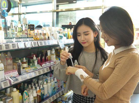 사진은 기사와는 무관. H&B스토어 방문 고객들이 에센스 제품을 살펴보고 있다.