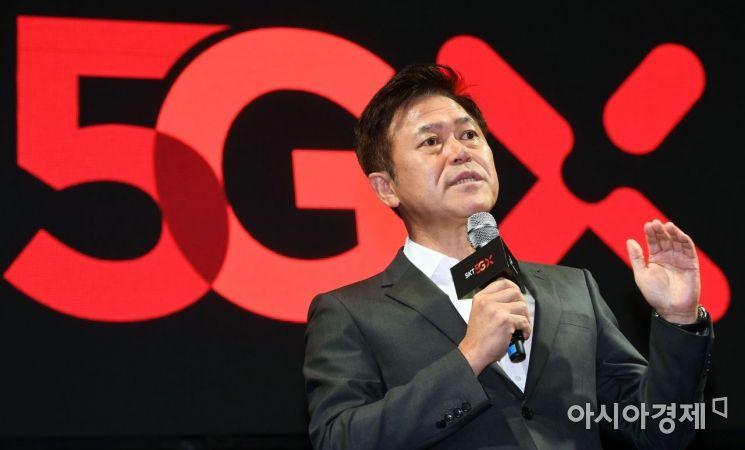 박정호 SK텔레콤 사장이 3일 서울 중구 을지로 SKT타워 로비에서 열린 '5GX 서비스 론칭쇼'에서 세계 최초 5GX 상용화와 관련해 발언하고 있다. /문호남 기자 munonam@