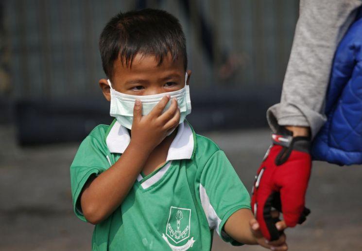 세계보건기구(WHO)는 매년 400만명의 어린이가 강한 독성을 지닌 대기오염 물질에 노출돼 천식에 걸린다고 밝혔다. [사진=AP연합뉴스]