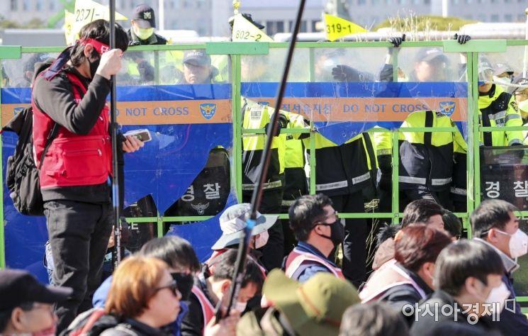 3일 서울 여의도 국회 정문 앞에서 열린 노동법 개악 저지 촉구 집회에 참가한 민주노총 관계자들이 경찰병력과 대치하고 있다./강진형 기자aymsdream@