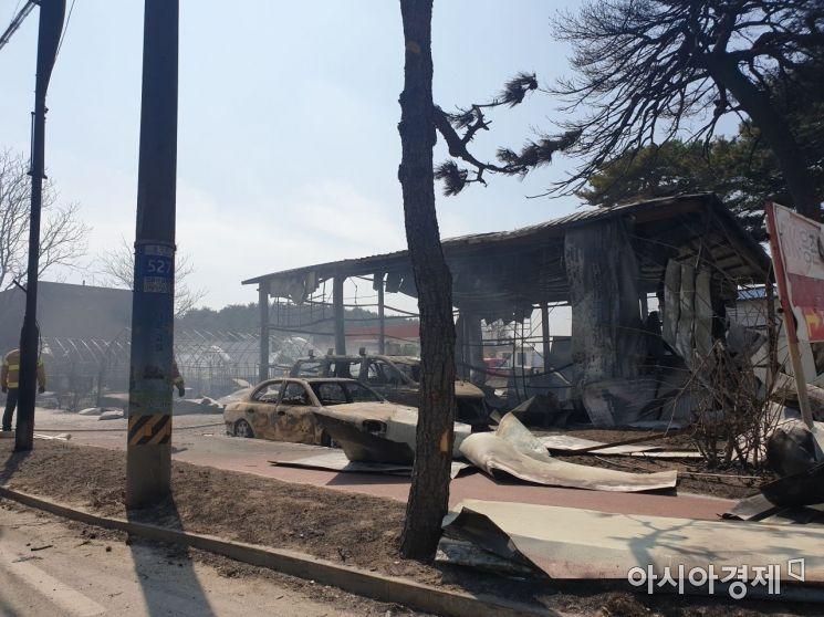 5일 화마가 휩쓸고 간 고성 토성면 용촌리의 한 건물이 불에 완전히 탄 채 뼈대만 남아 있다./사진=유병돈 기자