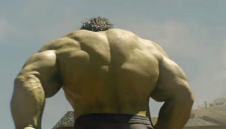 영화에 나오는 헐크의 등근육입니다. 이 정도면 기초대사량은 얼마나 될까요? [사진=유튜브 화면캡처]